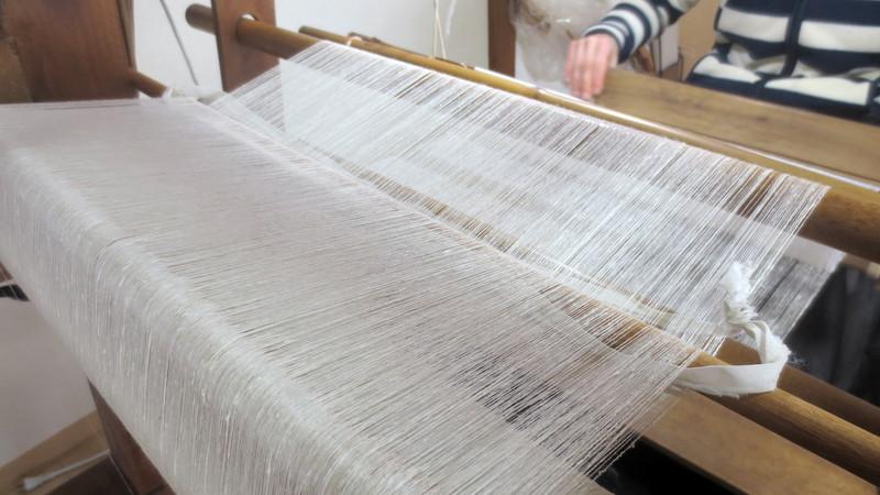 結城紬の白生地を織る