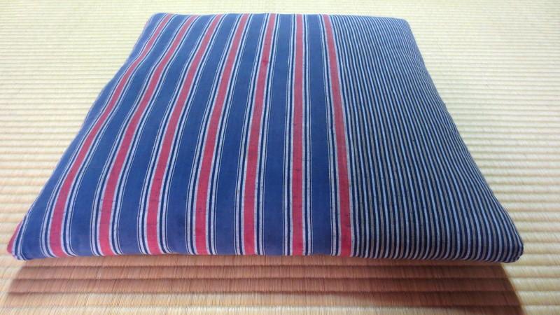 青い縞の座布団