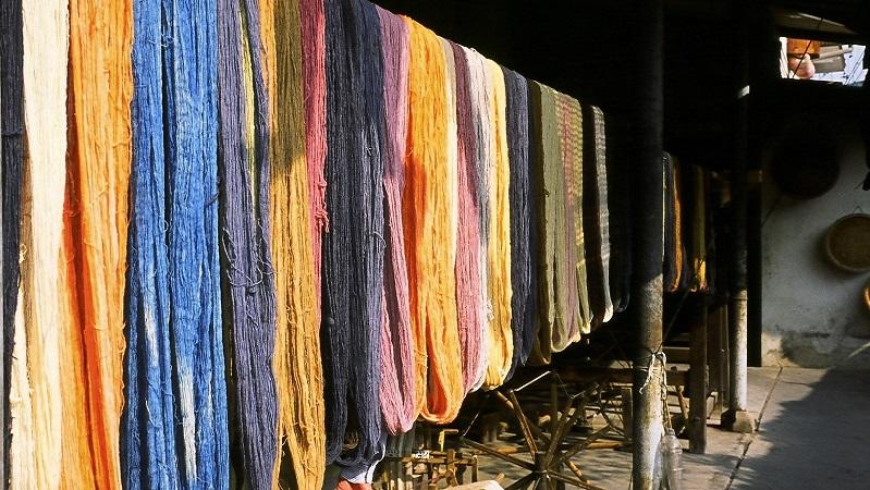 各種カラーの染められた糸