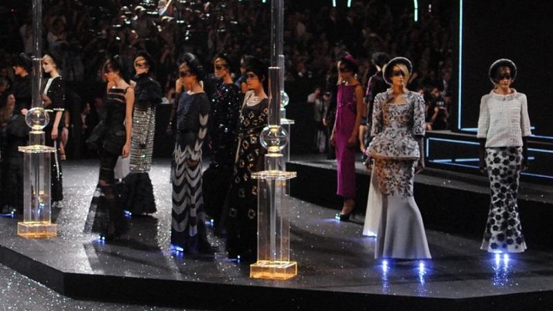 ステージに着飾った人がたくさん